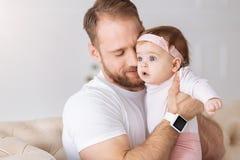 Jeune père exprimant l'amour à son enfant en bas âge à la maison Photographie stock