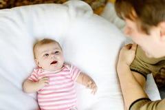Jeune père fier heureux avec la fille nouveau-née de bébé, portrait de famille ensemble Images stock