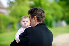 Jeune père fier heureux avec la fille nouveau-née de bébé, portrait de famille ensemble Photographie stock