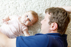Jeune père fier heureux avec la fille nouveau-née de bébé, portrait de famille ensemble Photo stock