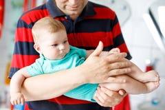 Jeune père fier heureux avec la fille nouveau-née de bébé, portrait de famille ensemble Photo libre de droits