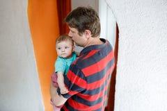 Jeune père fier heureux avec la fille nouveau-née de bébé, portrait de famille ensemble Photos stock