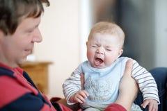 Jeune père fier heureux avec la fille nouveau-née de bébé, portrait de famille ensemble Photographie stock libre de droits