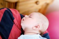 Jeune père fier heureux tenant la petite fille de sommeil de bébé, portrait de famille ensemble Image libre de droits