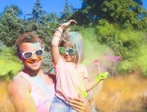 Jeune père heureux avec la fille sur le festival de couleur de holi Photo stock