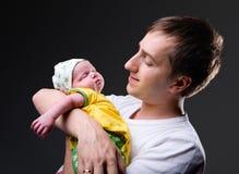 Jeune père heureux et fille nouveau-née Image stock