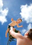 Jeune père jouant avec son fils Photos libres de droits