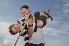 Jeune père jouant avec son fils Photographie stock libre de droits
