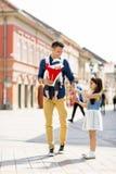 Jeune père marchant avec les filles mignonnes sur la rue Image libre de droits
