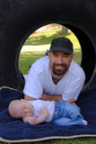 Jeune père moderne et fils nouveau-né photo stock