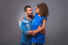 Jeune père noir étreignant sa fille adolescente Photo stock