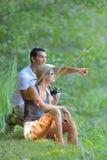 Jeune pêche de couples sur l'étang de banques Photo libre de droits