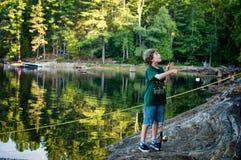 Jeune pêche de garçon Photographie stock libre de droits