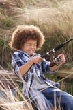 Jeune pêche de garçon au bord de la mer photo libre de droits