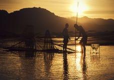 Jeune pêcheur dans l'action en pêchant Photographie stock