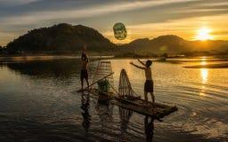 Jeune pêcheur dans l'action en pêchant Photo libre de droits