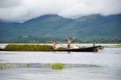 Jeune pêcheur pour les poissons de matin sur le lac de marqueterie Photo libre de droits