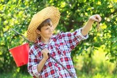 Jeune pêcheur tenant un poisson Photo stock