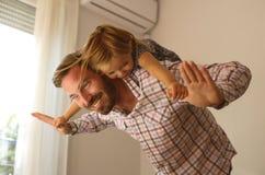 Jeune papa avec la fille mignonne à la maison Images stock