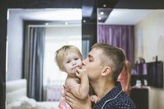 Jeune papa avec le petit enfant de fille dans la chambre à coucher ensemble et Photographie stock libre de droits