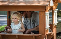 Jeune papa et fille jouant dans la maison de théâtre minuscule photos libres de droits