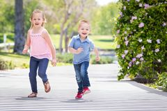 Jeune parc de Running At The de soeur et de frère Image libre de droits