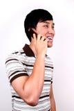 Jeune parler asiatique dans le téléphone. images libres de droits