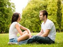 Jeune parler de couples extérieur Photo libre de droits