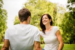 Jeune parler de couples extérieur Photographie stock libre de droits