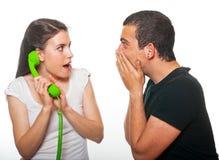 Jeune parler femelle au téléphone photo libre de droits