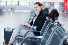 Jeune passager féminin à l'aéroport, Photo libre de droits