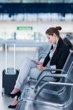 Jeune passager féminin à l'aéroport, Photos stock