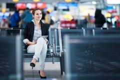 Jeune passager féminin à l'aéroport, Image stock