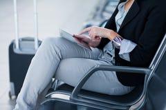 Jeune passager féminin à l'aéroport, Photographie stock libre de droits