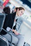 Jeune passager féminin à l'aéroport, Photo stock