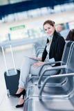 Jeune passager féminin à l'aéroport Photographie stock