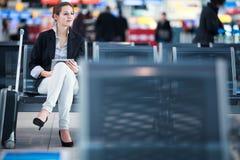 Jeune passager féminin à l'aéroport Photographie stock libre de droits