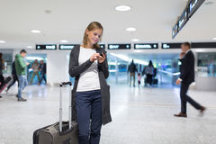Jeune passager féminin à l'aéroport Image libre de droits