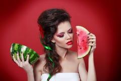 Jeune pastèque de fixation de femme de beauté Image stock