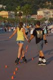 Jeune patinage de rouleau d'amants de trahison à Nice Images stock