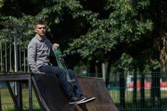 Jeune patineur de garçon en parc photo libre de droits