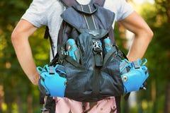Jeune patineur masculin de rouleau avec le sac à dos de rouleau - pousse de behin Image stock