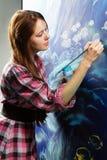Jeune peintre au travail Photographie stock libre de droits