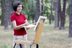 Jeune peintre de sourire Photographie stock libre de droits