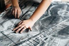 Jeune peinture d'artiste avec le charbon de bois Images libres de droits