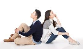 Jeune pensée de couples photo libre de droits