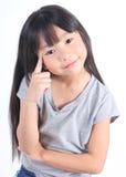Jeune pensée mignonne de fille image stock