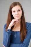 Jeune penser de femme de brunette. Photos stock