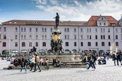 Jeune peple se reposant à la place d'Augsbourg Photos stock