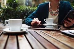Jeune petit déjeuner élégant de femme d'affaires sur l'hôtel cher à la mode de balcon Photos libres de droits
